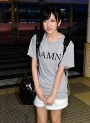 須藤凜々花が帰京!Tシャツには「D」で始まる4文字スラング!