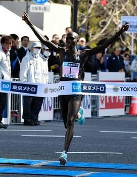キプサング 2時間3分58秒で東京マラソンV!井上が日本勢トップ8位!